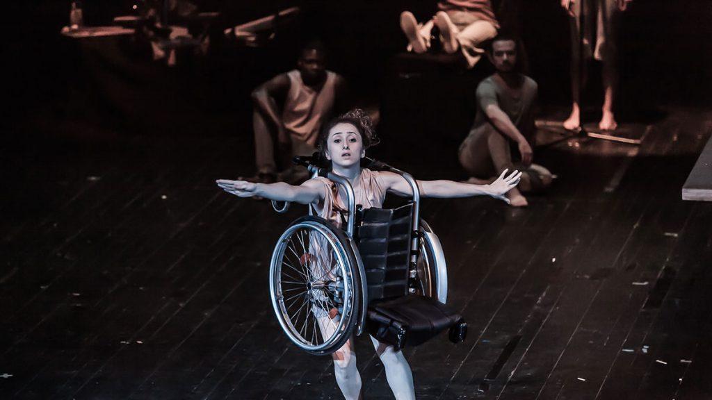 Szenenbild aus Tanztheater-Performance L – Do I need labels to love