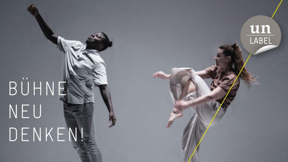 Bildbeschreibung: Zwei Performer auf der Bühne. Rechts in der oberen Ecke ist das Un-Label Logo. Links in der Ecke steht: Bühne neu denken!